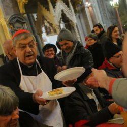 """Nel duomo di Napoli il pranzo dei poveri con il cardinale Sepe: """"Accogliamo gli stranieri, senza pregiudizi"""""""