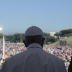 """Oltre 70mila giovani incontrano Papa Francesco nel Circo Massimo a Roma: """"La Chiesa senza testimonianza è soltanto fumo"""""""