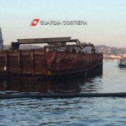 """Dopo oltre 30 anni, rimosso il relitto della """"Sassari"""" nel porto di Baia"""