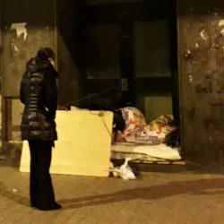 A Fuorigrotta prosegue la distribuzione dei pasti ai senza fissa dimora, con un sorriso dietro le mascherine